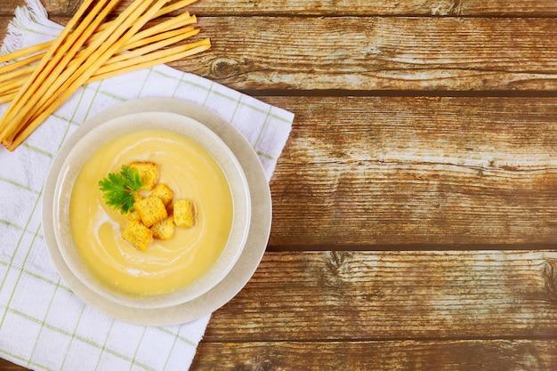 サクサクしたクルトンを添えたグレーのボウルに新鮮な自家製クリーミーポテトスープ