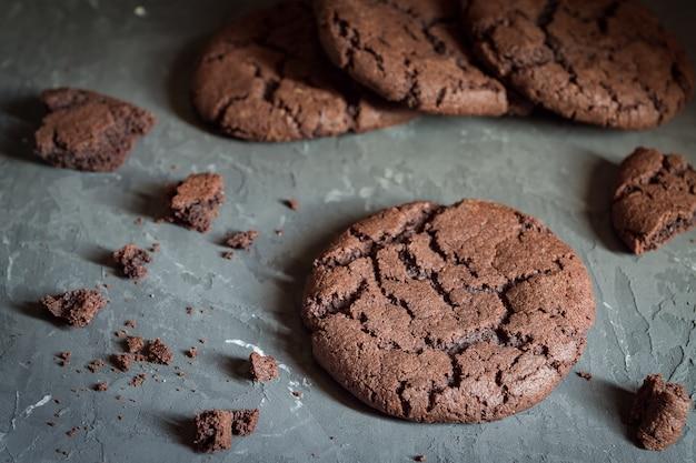 チョコレートと新鮮な自家製クリスピークッキーをクローズアップ