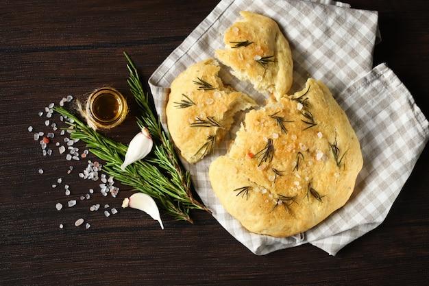 ローズマリーと海の塩を使った新鮮な自家製フォカッチャ。