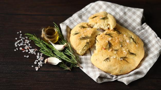 ローズマリーと海塩の新鮮な自家製フォカッチャ