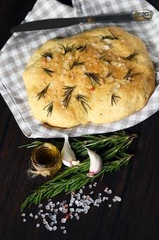 塩とローズマリーの新鮮な自家製フォカッチャ。