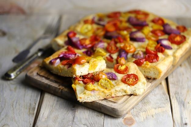 トマトと青玉ねぎの新鮮な自家製フォカッチャ。