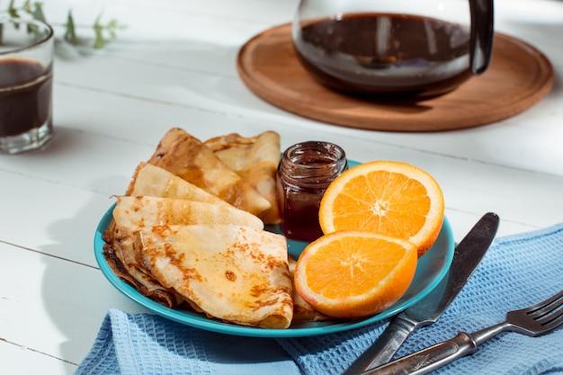 Crepes francesi fatte in casa fresche fatte con uova, latte e farina, riempite di marmellata su un piatto d'annata