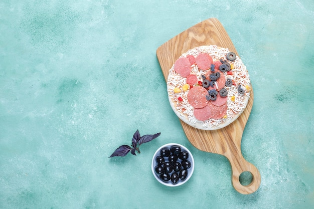Свежая домашняя замороженная мини-пицца.