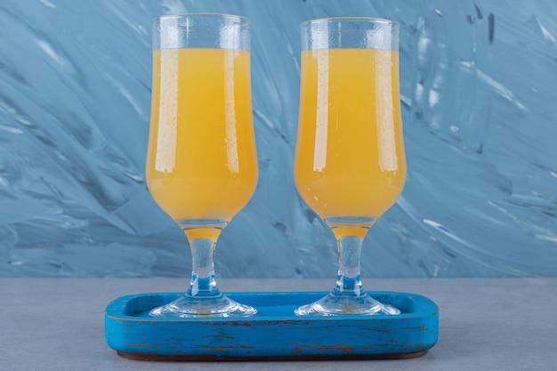 Свежий домашний фруктовый сок на серой деревянной тарелке