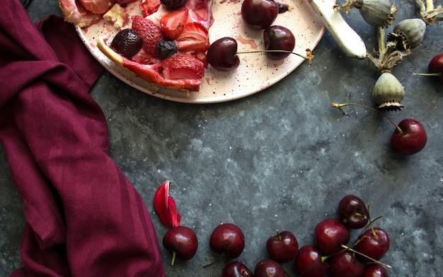テキストの暗い背景スペースにベリーと新鮮な自家製フルーツパイ