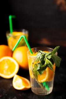 빈티지 나무 배경에 신선한 홈메이드 건강하고 맛있는 오렌지에이드