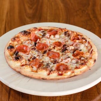 Свежая домашняя итальянская пицца маргарита с моцареллой и пепперони
