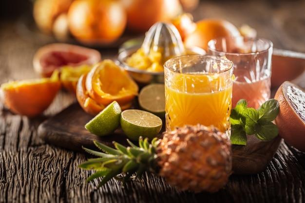 장식용 안경에 오렌지와 자몽으로 만든 신선한 수제 주스.
