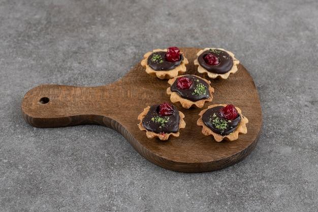 Tortine fresche fatte in casa su tavola di legno