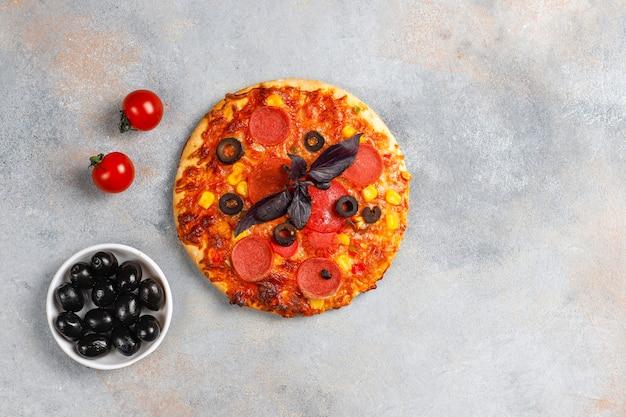 Свежая домашняя мини-пицца.