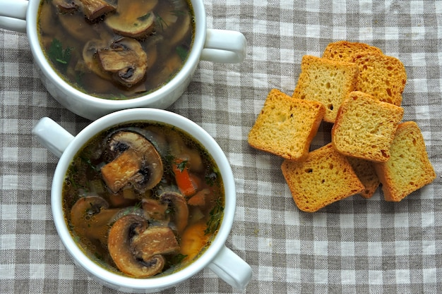 Свежий домашний грибной суп с пшеничными гренками.