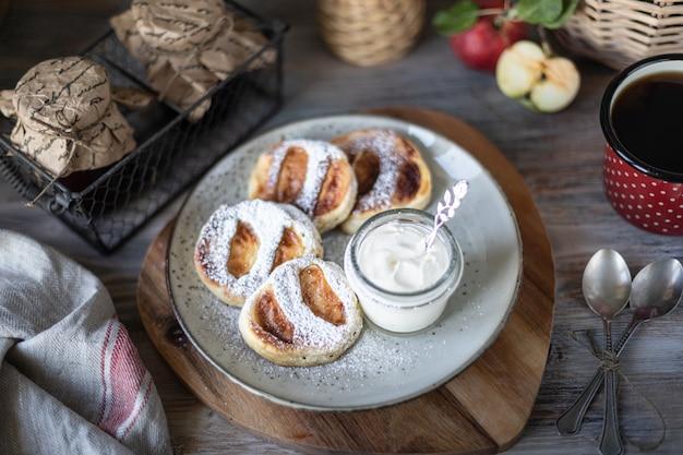 Свежий домашний блин с яблоками, медом и корицей