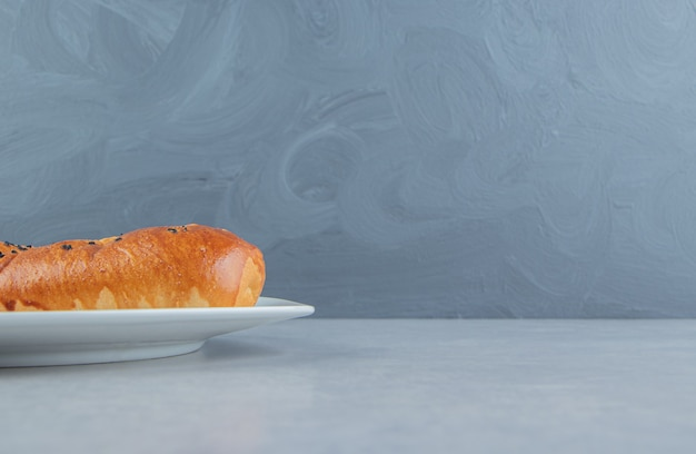 白い皿に焼きたての自家製ペストリー。