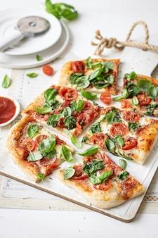新鮮な自家製ピザ料理のレシピのアイデア