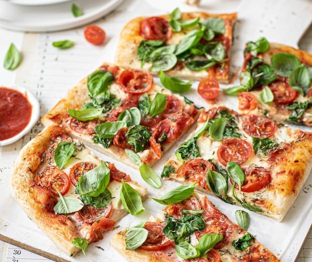新鮮な自家製ピザ料理のレシピのアイデア 無料写真