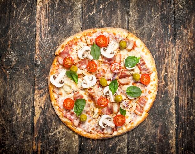 신선한 수제 피자. 나무 배경