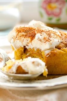 Свежие домашние булочки из тыквы с корицей со специями и сладкими сливками