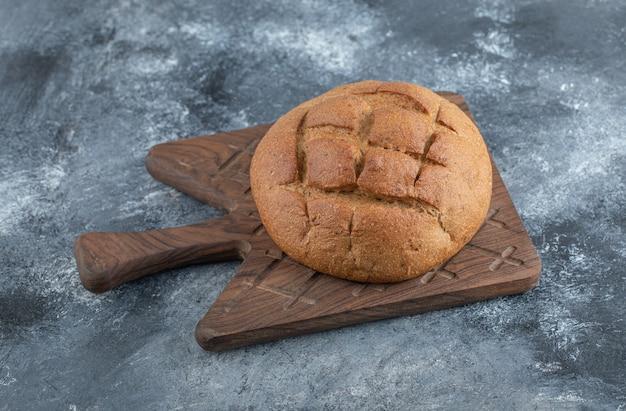 木の板に焼きたての自家製ライ麦パン。高品質の写真