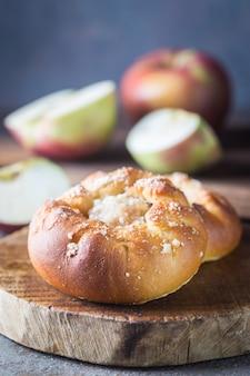 リンゴを詰めた新鮮な自家製の小さなパテ