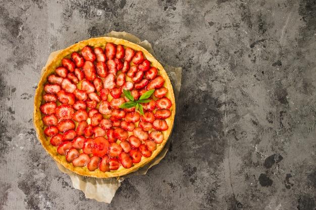 Свежий домашний пирог с клубничным пирогом с начинкой и заварным кремом