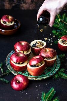 新鮮な自家製の赤いリンゴの詰め物