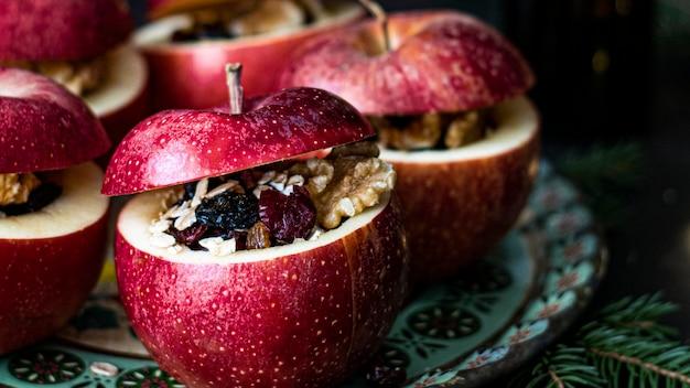 Свежие домашние фаршированные красные яблоки