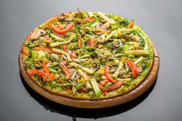 野菜と新鮮な自家製野菜ピザ