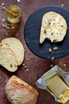 茶色のテーブルに全粒粉から作られた新鮮な自家製酵母フリーパン