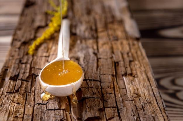 木のスプーンで新鮮な蜂蜜