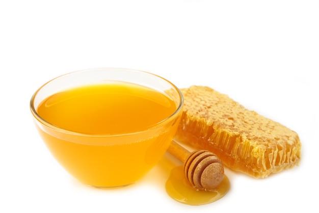 白で隔離のハニカムとボウルに新鮮な蜂蜜。上面図
