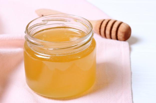 テーブルの上の新鮮な蜂蜜