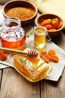 Свежий мед на деревянном столе