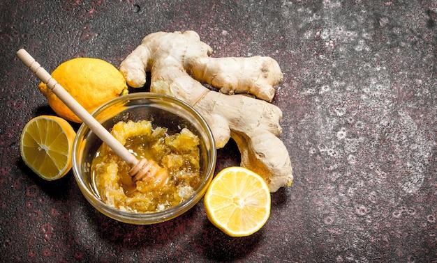 生姜とレモンの新鮮な蜂蜜。