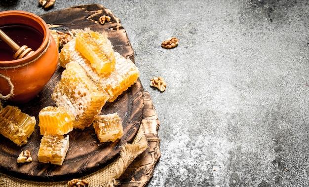 ナッツ入りの新鮮な蜂蜜。素朴な背景に。