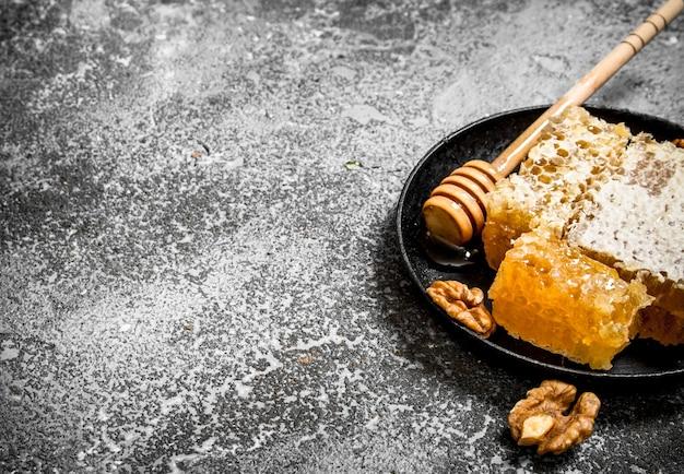 Свежие соты грецких орехов. на деревенском фоне.