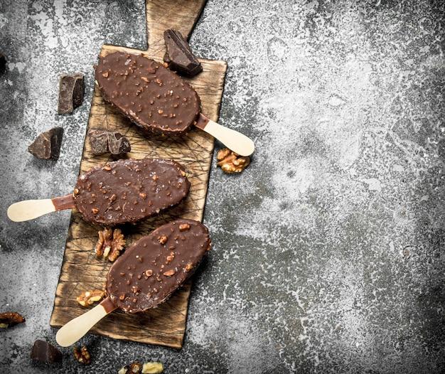 素朴な背景にナッツとチョコレートのスティックに新鮮なアイスクリーム