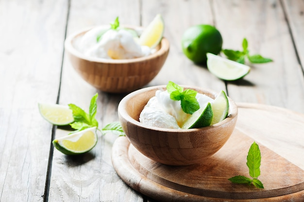Fresh ice'cream with mint and lime