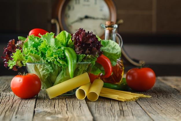 料理の新鮮な食材:パスタ、トマト、スパイス