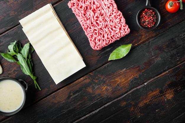 라자냐에 대한 신선한 재료는 오래 된 어두운 나무 테이블 평면도 평면 누워에 설정