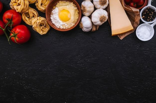 Свежие ингредиенты для приготовления макарон