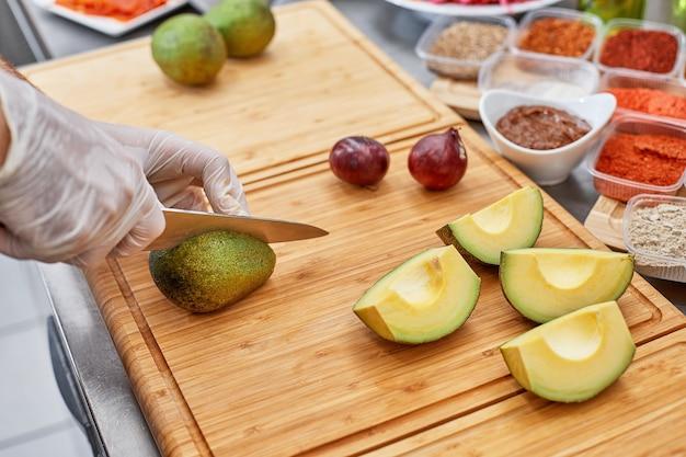 Свежие ингредиенты для салата или соуса: авокадо, помидоры, орехи, масло на деревенском пространстве, вид сверху, место для текста. концепция здорового питания и приготовления пищи.