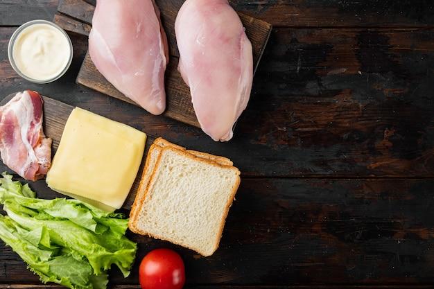 오래 된 나무 테이블에 맛있는 샌드위치를위한 신선한 재료