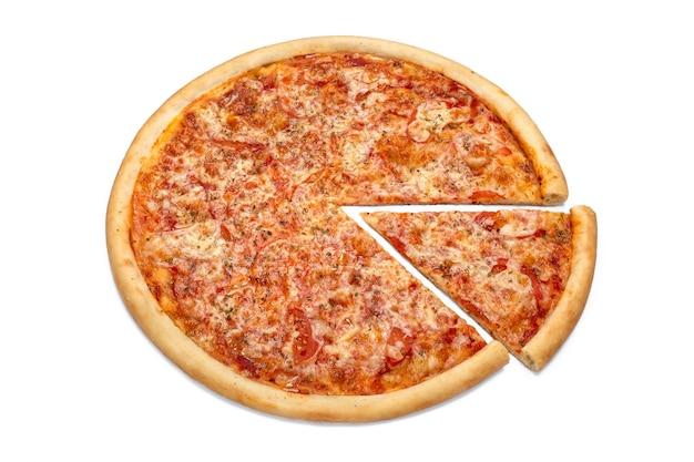 白い背景で隔離のピザの新鮮なイタリアの古典的なピザのスライス広告チラシまたはピザ屋メニューのポスター