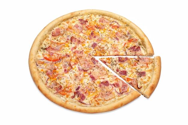 Свежая итальянская мясная пицца кусок пиццы изолированные