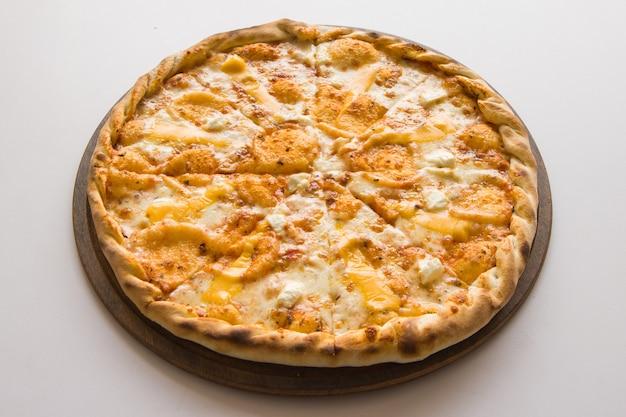 オーブンから出た新鮮なイタリアンピザ