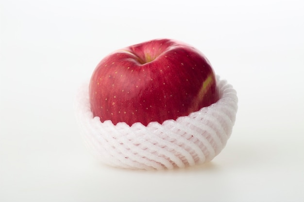 흰색 바탕에 거품 그물 보호와 신선한 일본 사과