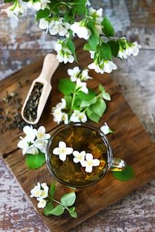 Свежие ветки жасмина, семена и чай