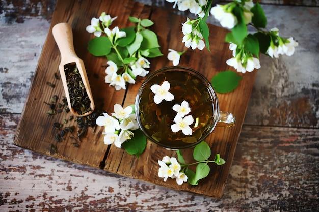 재스민 꽃 컵에 신선한 재스민 차