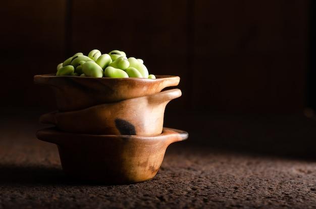 粘土のボウルに新鮮なジャワ豆